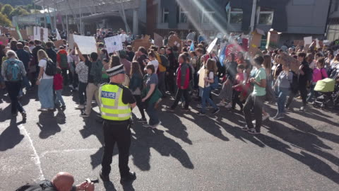vidéos et rushes de protesters march and hold placards as they attend the global climate strike on september 20, 2019 in edinburgh, scotland. millions of people are... - grève