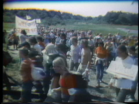 protesters march around a nuclear power plant under construction in hampton falls, new hampshire. - kernenergie stock-videos und b-roll-filmmaterial