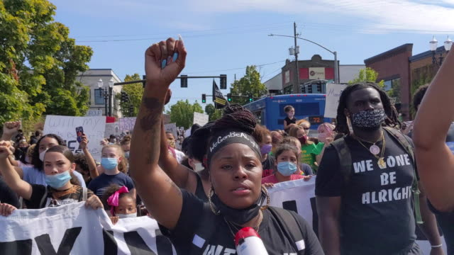 vídeos de stock e filmes b-roll de protesters march down martin luther king jr. boulevard during a black lives matter march on august 01, 2020 in portland, oregon. the daylight rally... - portland oregon