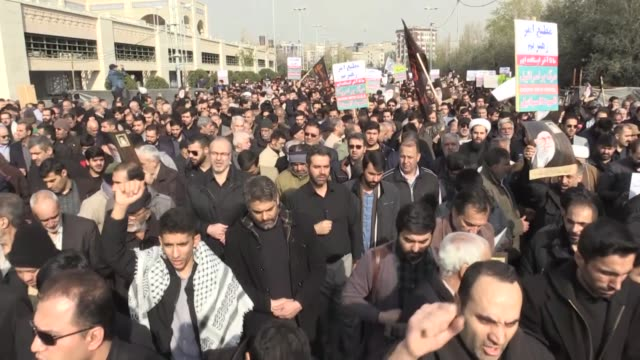 stockvideo's en b-roll-footage met protesters march during a demonstration in tehran on january 03, 2020 following the killing of an iranian top commander qasem soleimani in a u.s.... - irak