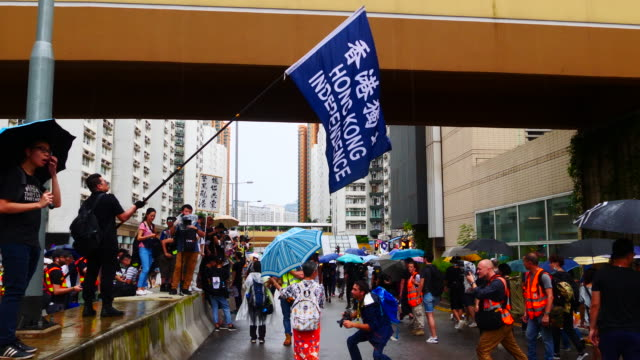 protesters march from hoi sham park to whampao mtr in hung hom district of hong kong. - hong kong flag stock videos & royalty-free footage