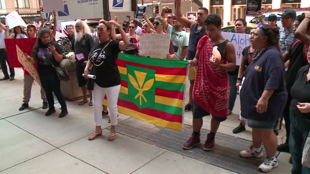 vídeos de stock e filmes b-roll de protesters marched in front of the corporate headquarters of aloha poke company in chicago on august 13, 2018 following reports that the restaurant... - aloha
