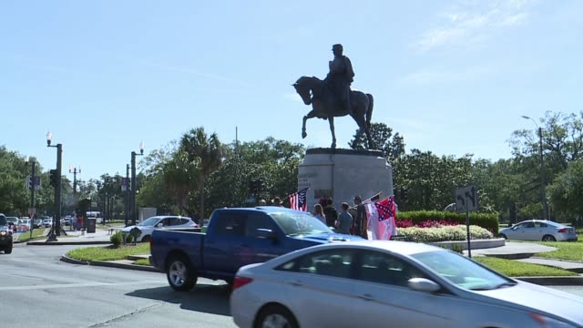 stockvideo's en b-roll-footage met wgno protesters members of the monumental task committee with confederate flags surround the pgt beauregard monument which is the third of four... - monument
