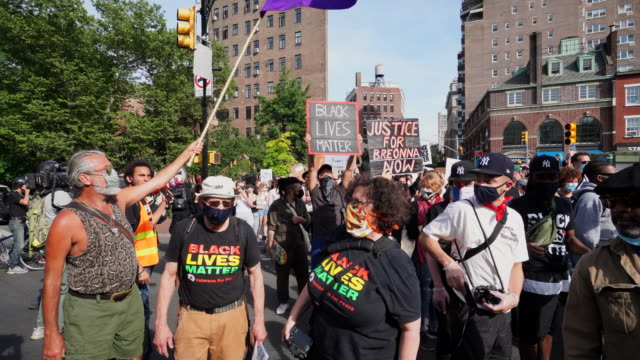 vidéos et rushes de protesters of george floyd's death gather to demonstrate peacefully in washington square park and march to the west village at new york city ny usa... - signalisation