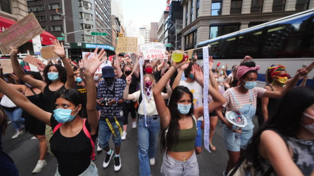 vidéos et rushes de protesters of george floyd's death gather to demonstrate peacefully march to the union square at new york city ny usa at 500 pm - signalisation