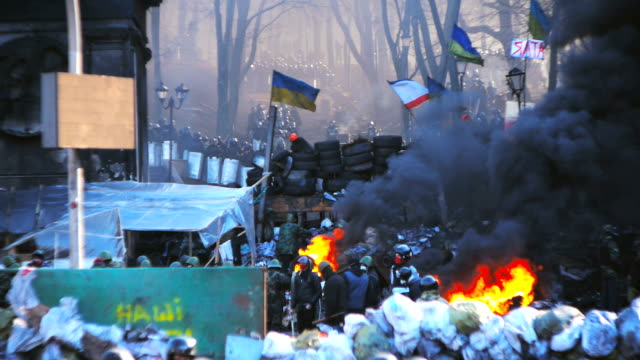 protesters on barricades in kiev - euromaidan - protestor stock videos & royalty-free footage