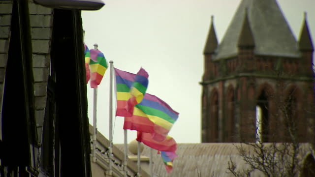 vidéos et rushes de protesters outside belfast supreme court for the discrimination case against a bakery which refused to decorate a cake with the message 'support gay... - homophobie