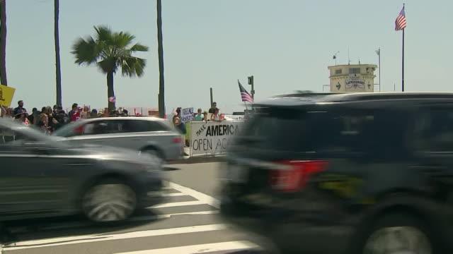 protesters outside of laguna beach during the coronavirus pandemic in california. - カリフォルニア州 ラグナビーチ点の映像素材/bロール