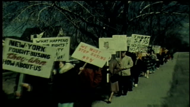 stockvideo's en b-roll-footage met wgn 1968 protesters rally against desegregation busing program in chicago - versmelten