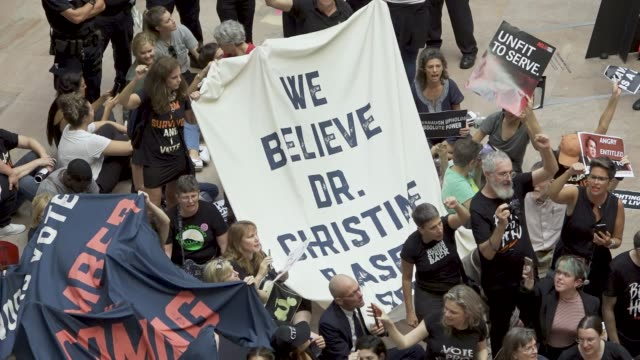 protesters rally against supreme court nominee judge brett kavanaugh on thursday october 04 2018 in washington dc demonstrators marched to the us... - {{ contactusnotification.cta }}点の映像素材/bロール