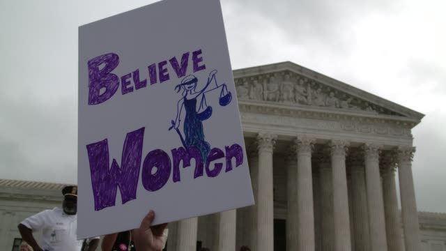vidéos et rushes de protesters rally and chant in front of the us supreme court in opposition to the nomination of brett kavanaugh. - groupe organisé