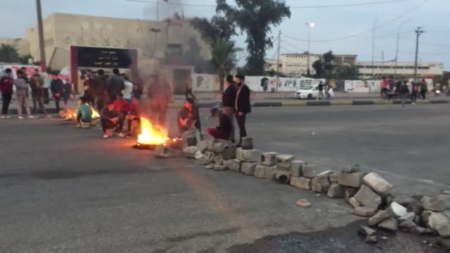 protesters set up tents and block roads again in the southern port city of basra in iraq after security forces stormed their protest camp and... - basra bildbanksvideor och videomaterial från bakom kulisserna