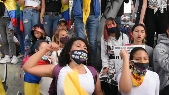 vídeos y material grabado en eventos de stock de protesters shout anti-government slogans during a protest on may 26, 2021 in bogota, colombia. colombians have been taking the streets since april... - marchar