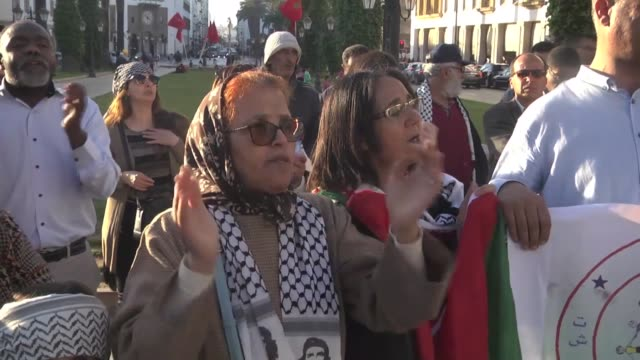 vidéos et rushes de protesters shout slogans and wave palestinian flags in front of parliament building during a demonstration in rabat on may 15 to denounce the... - bâtiment du parlement