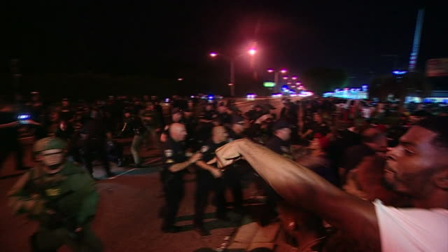 protesters showing solidarity for victims of police shootings clash with police in baton rouge louisiana - 対決点の映像素材/bロール