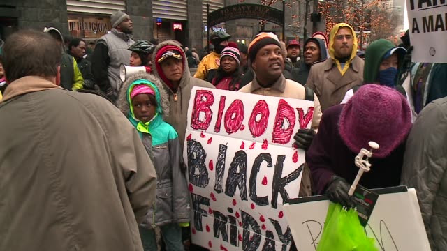 vídeos de stock, filmes e b-roll de wgn protesters stand in the middle of michigan avenue on black friday in the wake of the release of the video showing the shooting of 17yearold... - de braços dados