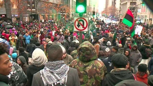 stockvideo's en b-roll-footage met wgn protesters stand in the middle of michigan avenue on black friday in the wake of the release of the video showing the shooting of 17yearold... - black lives matter