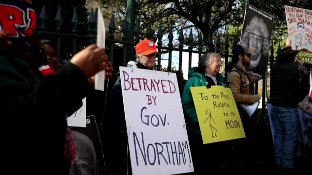 vídeos de stock, filmes e b-roll de protesters stand outside the virginia governor's mansion demanding ralph northam resign over his alleged appearance in a racist 1984 yearbook photo - atlântico central eua