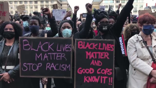 protesters take part in a demonstration against racism and police brutality in central brussels on june 07 in solidarity with u.s. 'black lives... - ひざまずく点の映像素材/bロール