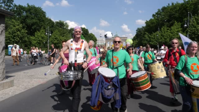 """vidéos et rushes de protesters take part in the """"one europe for all"""" march on may 19, 2019 in berlin, germany. in the background the brandenburg gate can be seen.... - bâtiment du parlement"""