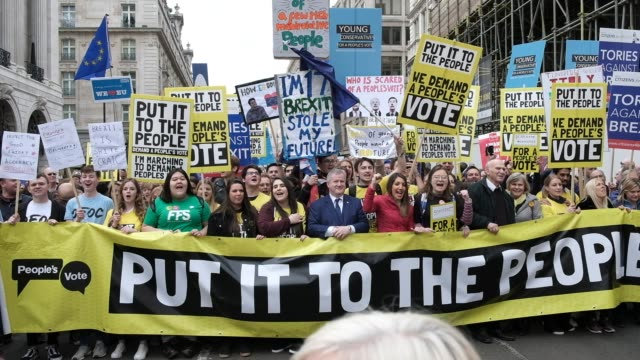 vidéos et rushes de protesters take part in the put it to the people march on whitehall on march 23, 2019 in london, england. thousands of protesters gathered in central... - montrer