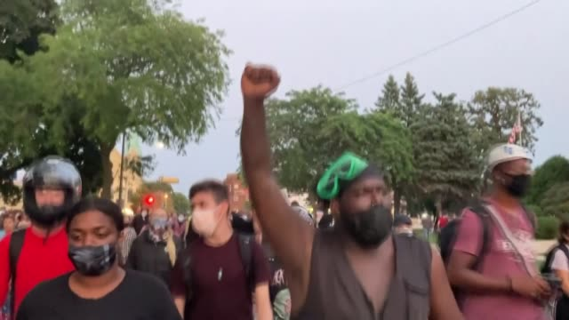 protesters take to the streets for the fourth night in a row despite a curfew against the police shooting of jacob blake in kenosha, wisconsin, usa... - ウィスコンシン州点の映像素材/bロール