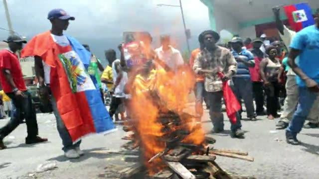 stockvideo's en b-roll-footage met protesters take to the streets in haiti to demand president michel martellys resignation - hispaniola
