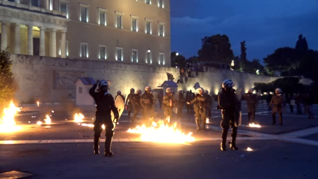 protesters threw molotov cocktails and other projectiles at the police outside the greek parliament on thursday while the lawmakers were inside... - 年金点の映像素材/bロール