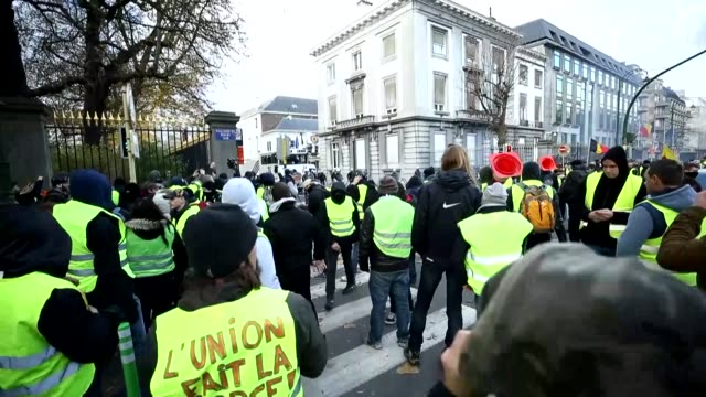 vídeos de stock, filmes e b-roll de protesters wearing the 'yellow vest' clash with police as they gather against high taxes and costs of living on november 30 2018 in brussels belgium... - vest