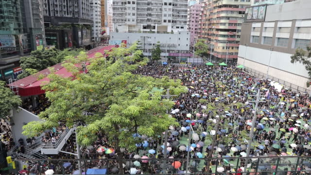 vidéos et rushes de protesting crowd on streets of mong kok district hong kong china on monday aug 5 2019 - mong kok