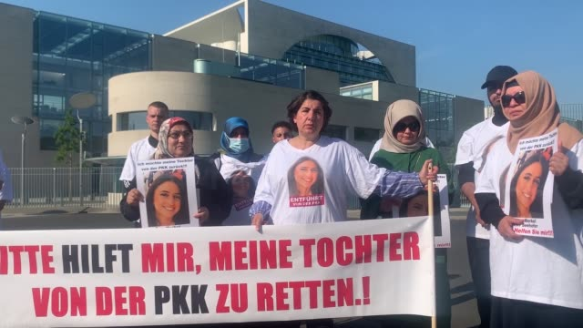 protesting in front of chancellor angela merkel's office in berlin turkish mother maide t pleaded for help in rescuing her daughter from pkk... - 12 17 mesi video stock e b–roll