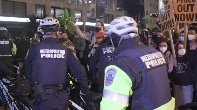 vidéos et rushes de protestors clash with police in front of black lives matter plaza on election day on november 3, 2020 in washington d.c. voters are going to the... - confrontation