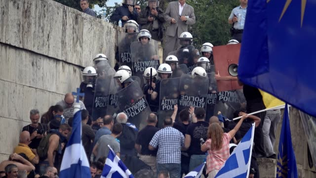 vídeos de stock, filmes e b-roll de protestors clash with police outside the greek parliament in athens on 16 june 2018 during the second day of protests against the agreement with... - república da macedônia