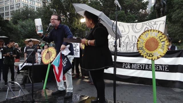 vídeos y material grabado en eventos de stock de protestors demand from the us congress a generous 'just recovery' and 'relief aid package' for puerto rico. the demands include: full debt relief for... - generosidad