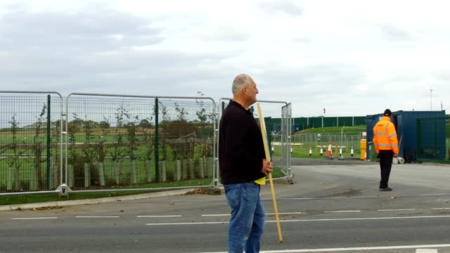 stockvideo's en b-roll-footage met protestors demonstrate outside cuadrilla's shale gas fracking drilling rig near westby on october 12 2017 in blackpool england engineers have begun... - schalie