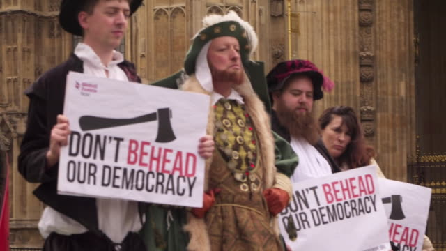 vídeos de stock e filmes b-roll de protestors dressed as king henry viii protesting the great repeal bill outside the houses of parliament - idade media