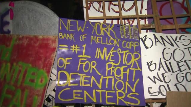 stockvideo's en b-roll-footage met ktla protestors from the occupy wall street movement have set up residence in front of a home in the san fernando valley in an effort to save the... - executie evenement