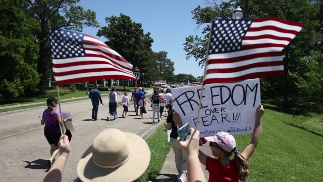 vidéos et rushes de protestors gather outside the governor's mansion during a rally against louisiana's stay-at-home order and economic shutdown on april 25, 2020 in... - louisiane