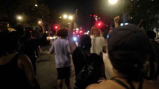 vidéos et rushes de protestors hold a black power fist as breonna taylor supporters peacefully march in protest of the kentucky grand jury decision in the breonna taylor... - poing levé