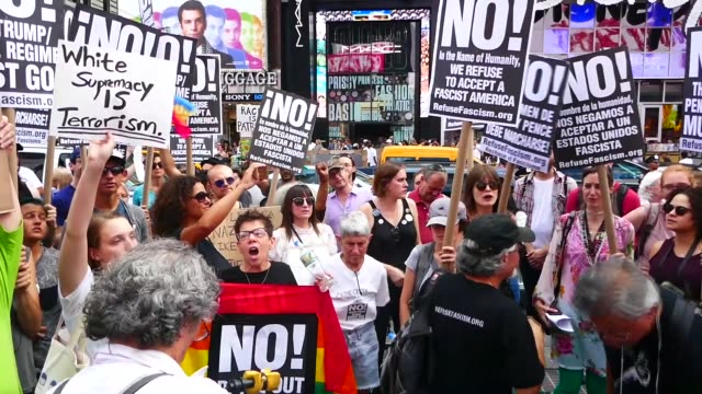 vidéos et rushes de protestors march in new york city on august 13, 2017 as they rally against racism and to show solidarity with the victims of the previous day's... - charlottesville