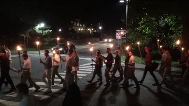 vidéos et rushes de protestors marched with burning torches on the 11th of august 2017 at the charlottesville campus of the university of virginia, usa, opposing the... - charlottesville