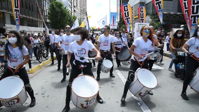 vídeos y material grabado en eventos de stock de protestors play drums as they march on may 19, 2021 in bogota, colombia. colombians continue to take the streets after three weeks to demonstrate... - marchar