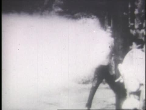 stockvideo's en b-roll-footage met protestors sprayed with water by high powered hoses during the 1963 birmingham campaign - agressie