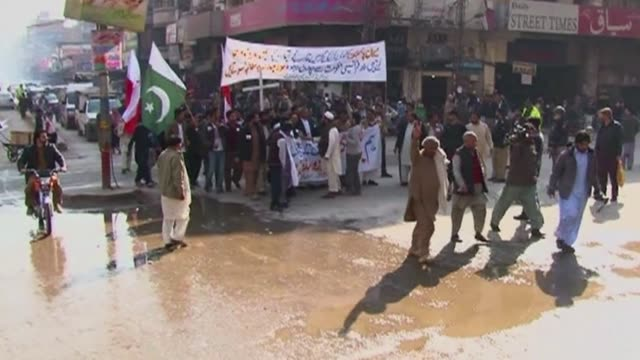 vídeos de stock e filmes b-roll de protests against french satirical magazine charlie hebdo were held across pakistan as thousands of people in almost all major cities chanted slogans... - sátira