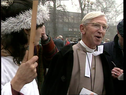 vídeos y material grabado en eventos de stock de protests at coventry cathedral celebration of the car england coventry cathedral ms church provost very rev john petty talking to protesters la ms... - coventry