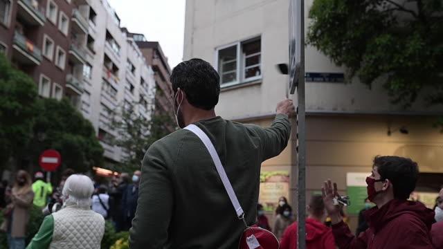 vídeos y material grabado en eventos de stock de protests by residents of the salamanca neighborhood on calle núñez de balboa against the government's management of the coronavirus crisis on may 14... - salamanca