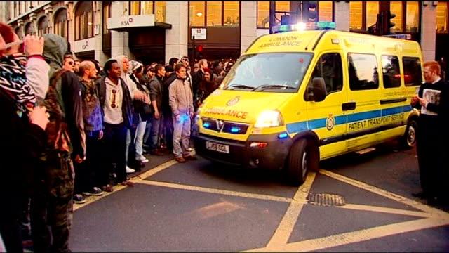 vídeos y material grabado en eventos de stock de protests - ian tomlinson's death: contradictory pathologist reports; 1.4.09 city of london: ext/dusk ambulance leaving scene of g20 protests long... - patólogo