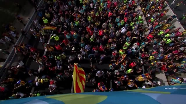 protests in barcelona over catalan independence end in violent clashes spain catalonia barcelona general views of proindependence protest march and... - catalogna video stock e b–roll