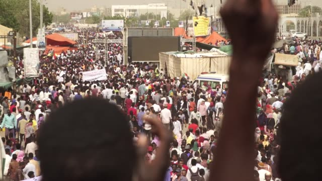 vídeos de stock, filmes e b-roll de protests in khartoum as the revolution fights for a civilian government after presiden omar albashir was forced from power - sudão