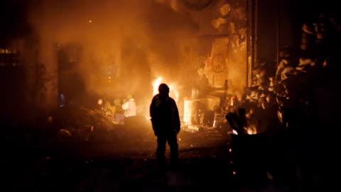vídeos de stock, filmes e b-roll de protestos em kiev-ativistas aqueça-se em frente ao fogo - ucrânia